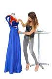 In voller Länge von einem weiblichen Modedesigner und von einem Mannequin Stockfotos