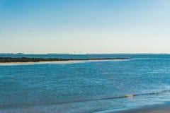 Voller Meerblick auf dem Strand mit Felsen im Abstand Stockbilder