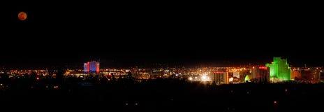 Voller Moonrise über Reno, Nevada stockfotos