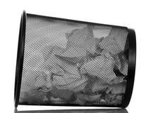 Voller Papierbürokorb lokalisiert auf Weiß lizenzfreies stockbild