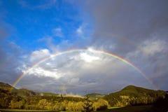 Voller Regenbogen über Forest Hills Stockfotografie