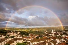 Voller Regenbogen in der Stadt von Obidos Portugal Stockfotos