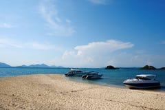 Voller Strand der Schönheit und das Schnellboot drei stockbilder
