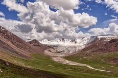 Voller Tag in den Bergen von Kirgisistan Lizenzfreie Stockfotos