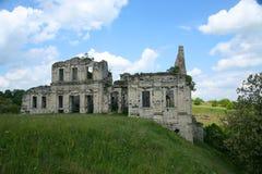 Voller Tag Weiß bewölkt ein verlassenes Gebäude, das von den Steinständen mitten in einem Steppental gemacht wird Stockfotos