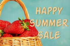 Voller Weidenkorb ernten reife rote Erdbeeren lizenzfreie stockfotos