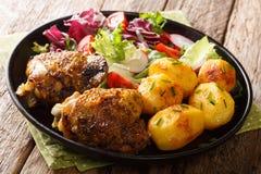 Volles Abendessen von H?hnerschenkeln mit Fr?hkartoffeln und frische Salatnahaufnahme auf einer Platte horizontal lizenzfreie stockfotos