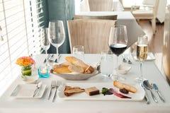 Volles Abendessenset an einer Gaststätte Lizenzfreie Stockfotos