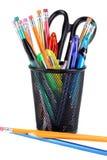 Volles Bleistiftcup mit Scheren, Bleistiften und Federn Lizenzfreies Stockbild