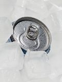 Volles Dosenbier oder -soda mit Tropfen der Kondensation stockfotos