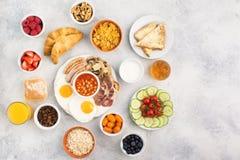 Volles englisches Frühstück, Eier, Speck, Würste, Brote und Früchte Stockfoto