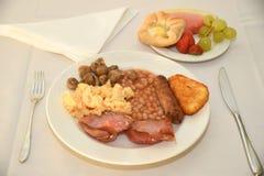 Volles englisches Frühstück mit Frucht und Gebäck Stockbilder