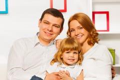 Volles Familienporträt mit Mädchenmutter und -vater Stockbilder