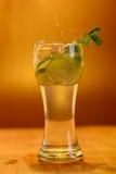 Volles Glas frisches kühles Stärkungsmittel mit Kalk trägt Früchte Lizenzfreie Stockbilder