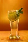 Volles Glas frisches kühles Stärkungsmittel mit Kalk trägt Früchte Lizenzfreies Stockfoto