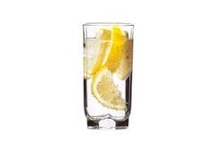 Volles Glas Wasser mit der Zitrone getrennt auf Weiß Lizenzfreie Stockfotos