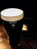 Volles halbes Liter Guinness-Bier Stockfotografie