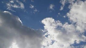 Volles HD-Zeit-Versehen: Weiße Wolken, die über den blauen Himmel, Cloudscape-Zeitspanne laufen stock video
