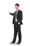 Volles Körperbild eines Geschäftsmanndarstellens Stockfoto