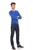 Volles Körperbild eines jungen überzeugten Mannes Stockfoto