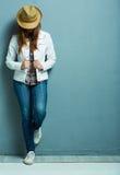 Volles Körperporträt der Frau, das gegen Blau steht Lizenzfreie Stockfotografie
