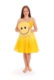 Volles Körperporträt der jungen Frau im gelben Kleid Stockbilder