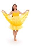 Volles Körperporträt der jungen Frau im gelben Kleid Lizenzfreie Stockbilder