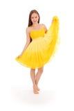 Volles Körperporträt der jungen Frau im gelben Kleid Lizenzfreie Stockfotografie