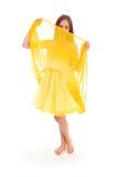 Volles Körperporträt der jungen Frau im gelben Kleid Lizenzfreie Stockfotos