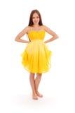 Volles Körperporträt der jungen Frau im gelben Kleid Lizenzfreies Stockbild