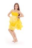 Volles Körperporträt der jungen Frau im gelben Kleid Stockfoto