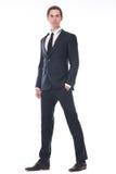Volles Körperporträt eines hübschen jungen Geschäftsmannes im schwarzen Anzug Lizenzfreie Stockbilder