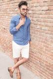 Volles Körperseitenbild eines zufälligen Mannes der Mode Lizenzfreie Stockfotografie