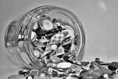 Volles Kramglas, das heraus Schwarzweiss verschüttet Stockfotos