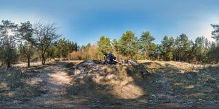 Volles kugelförmiges hdri Panorama 360 Grad Winkelsicht über Kiesfußgängerfußwegen- und -fahrradwegweg im Pinerywald nahe lizenzfreie stockfotos
