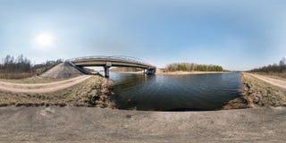 Volles nahtloses kugelförmiges hdri Panorama 360 Grad Winkelsicht-Brücke auf dem Fluss am sonnigen Tag Hintergrund in equirectang lizenzfreie stockbilder