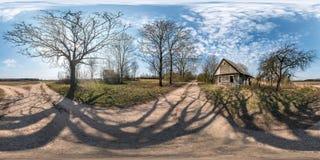Volles nahtloses kugelförmiges hdri Panorama 360 Grad Winkelsicht nahe verlassenem Holzhaus im Dorf nahe enormer Eiche herein lizenzfreie stockfotos