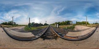 Volles nahtloses kugelförmiges Panorama 360 durch 180 Winkelsicht nahe Bahnübergang in der equirectangular Projektion, bereites V lizenzfreie stockfotos