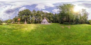 Volles nahtloses kugelförmiges Panorama 360 durch 180 Winkelsicht nahe Wigwam im indischen Dorf im Wald in der equirectangular Pr stockfotografie