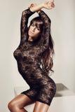 Volles Porträt einer schönen erwachsenen Sinnlichkeitsfrau im schwarzen dre Lizenzfreie Stockfotos