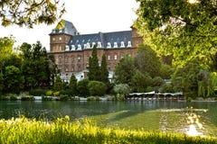Volles Schloss nahe bei dem Fluss PO lizenzfreie stockfotografie