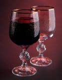 Volles und leeres Glas mit Rotwein Stockfotos