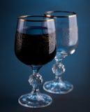 Volles und leeres Glas mit Rotwein Stockbilder