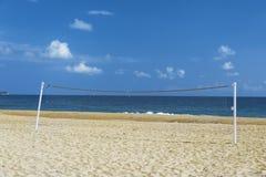Volleybal förtjänar, sätter på land, havet och blå himmel Arkivfoton