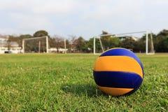 Volleyball auf grünem Boden Lizenzfreie Stockfotos