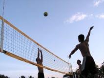 Volleyball bij zonsondergangschemering Royalty-vrije Stock Foto's