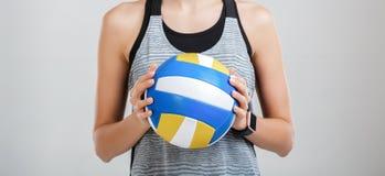 Volleyball dans les mains d'une femme Photo libre de droits