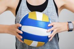 Volleyball dans les mains d'une femme Images stock