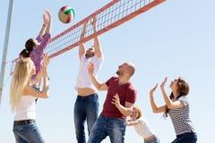Volleyball de jeu de personnes sur la plage Photographie stock libre de droits