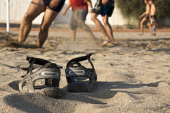 Volleyball de plage, chaussures Photos libres de droits